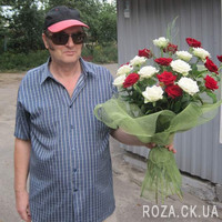 Bouquet of scarlet and white roses - Photo 1