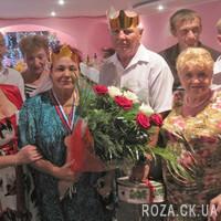Букет из красных и белых роз с зеленью - Фото 1