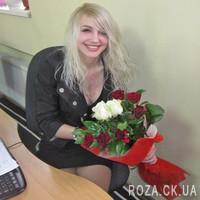 Букет из красных и белых роз с зеленью - Фото 3