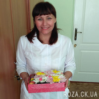 Bouquet in a square box with macarons - Photo 1