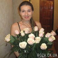 Cream roses in a bouquet - Photo 2