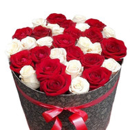 Buy roses in a hat box Cherkassy - flowers and bouquets on roza.ck.ua