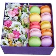 Цветочная подарочная коробка с цветами и макаронами - цветы и букеты на roza.ck.ua