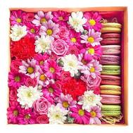 Цветы с пирожными в коробке - цветы и букеты на roza.ck.ua