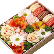 """Macarons and flowers in a box"" in the online flower shop roza.ck.ua"