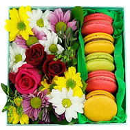 """Small square box with flowers and macarons"" in the online flower shop roza.ck.ua"
