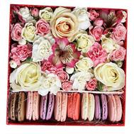 Нежная Flower Box c Macarons - цветы и букеты на roza.ck.ua