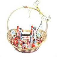 Корзина сладостей киндер - цветы и букеты на roza.ck.ua