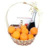 Корзина со сладостями, мандаринами и шампанским - цветы и букеты на roza.ck.ua