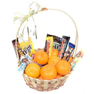 Корзинка с мандаринами и шоколадными батончиками - цветы и букеты на roza.ck.ua