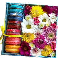 """Box of flowers with macaroons"" in the online flower shop roza.ck.ua"