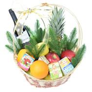 Новогодняя корзина с фруктами, вином и сырком - цветы и букеты на roza.ck.ua