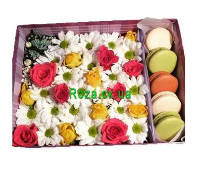 """Beautiful box with flowers and macaroons"" in the online flower shop roza.ck.ua"