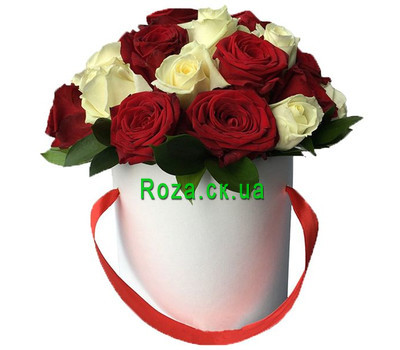 """Red and white roses in a hat box"" in the online flower shop roza.ck.ua"