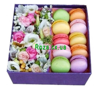 """Flower Gift Box with Flowers and Macarons"" in the online flower shop roza.ck.ua"