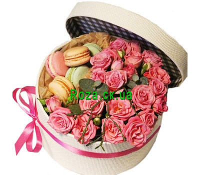 """Round box with spray rose and macarons"" in the online flower shop roza.ck.ua"