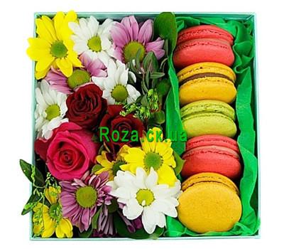 """""""Маленькая квадратная коробочка с цветами и макарунами"""" в интернет-магазине цветов roza.ck.ua"""