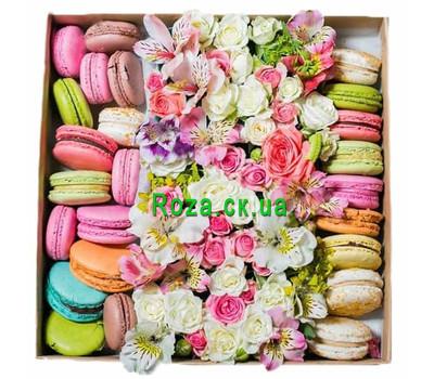 """""""Микс цветов в квадратной коробке с макарунами"""" в интернет-магазине цветов roza.ck.ua"""