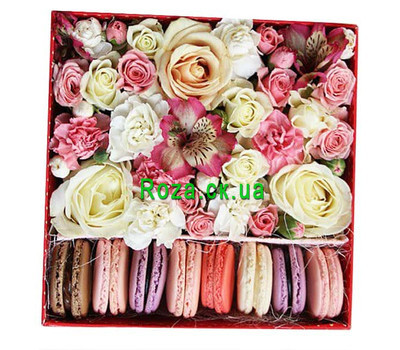 """Delicate Flower Box with Macarons"" in the online flower shop roza.ck.ua"