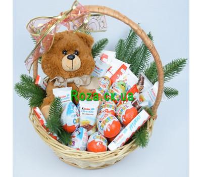 """""""Новогодняя корзинка с Kinder"""" в интернет-магазине цветов roza.ck.ua"""