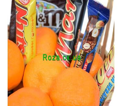 """""""Корзинка с мандаринами и шоколадными батончиками"""" в интернет-магазине цветов roza.ck.ua"""