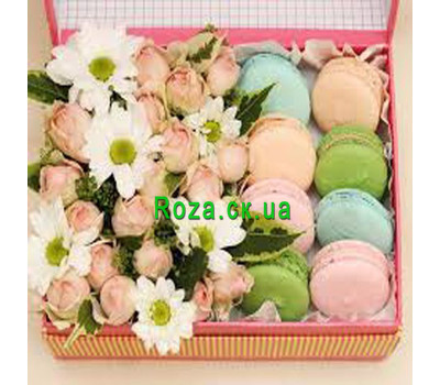 """""""Коробка цветов с пирожными"""" в интернет-магазине цветов roza.ck.ua"""