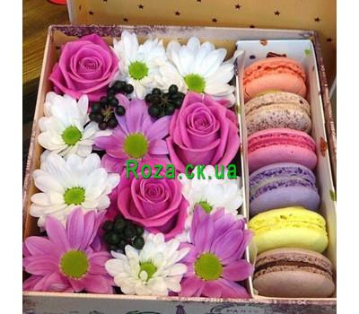 """Коробочка цветов с макарунами"" в интернет-магазине цветов roza.ck.ua"