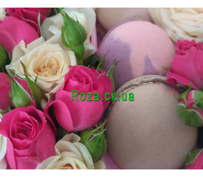 """""""Mini box with roses and pastries 7"""" in the online flower shop roza.ck.ua"""