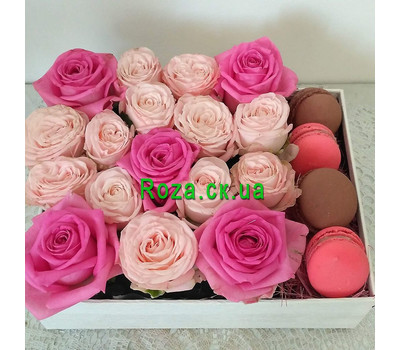 """Small box with macaroons and roses 1"" in the online flower shop roza.ck.ua"