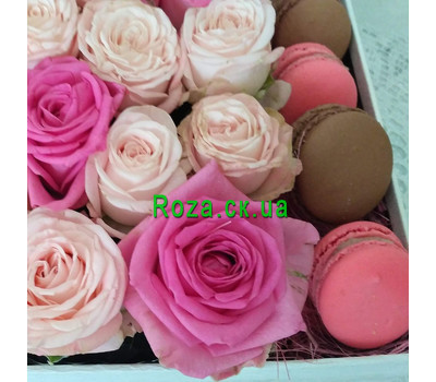 """Small box with macaroons and roses 3"" in the online flower shop roza.ck.ua"